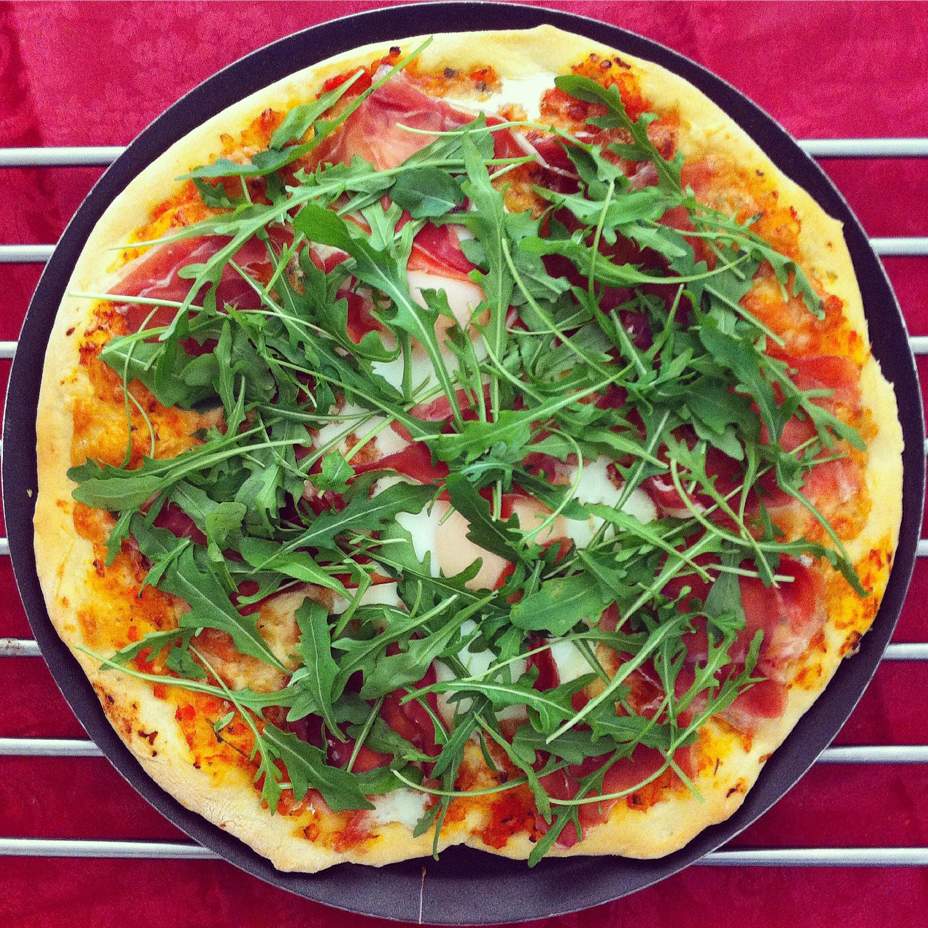 receta-pizza-de-jamon-iberico-rucula-y-huevo