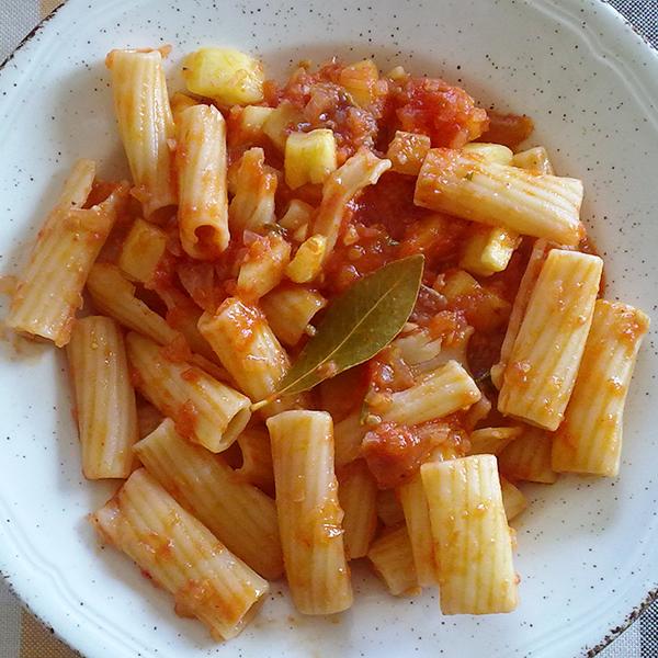 receta-macarrones-con-tomate-y-calabacín