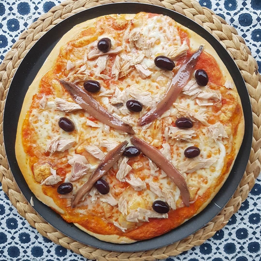 receta-pizza-de-atun-anchoas-y-aceitunas-negras