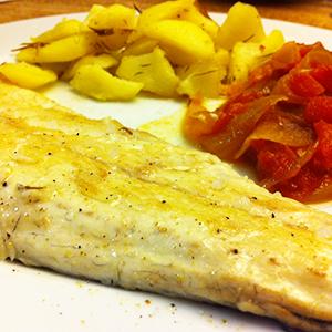 recepta-llobarro-a-la-planxa-amb-sofregit-agredolç-de-tomàquet-i-patates-aromatitzades