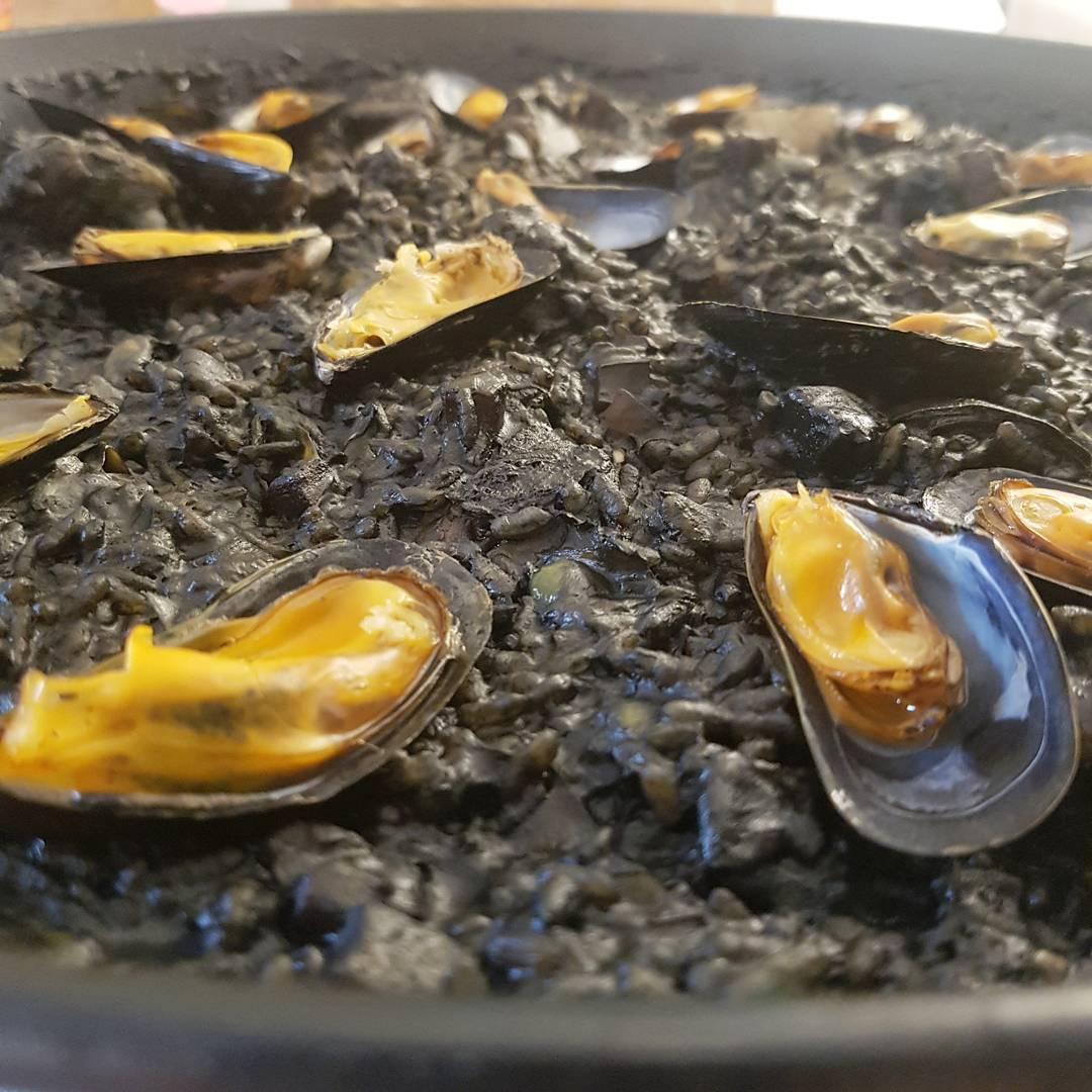 recepta-arros-negre-amb-costella-de-porc-i-carxofa