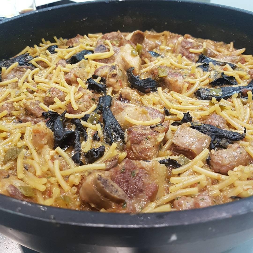 recepta-fideus-a-la-cassola-amb-costella-de-porc-confitada-i-bolets