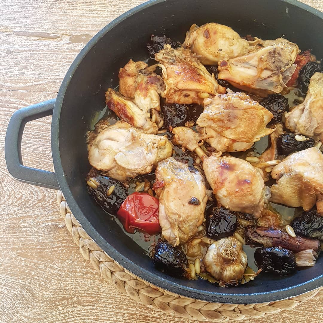 recepta-pollastre-rostit-amb-prunes-i-pinyons